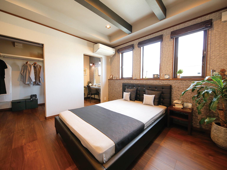 パウダールームを完備した 実用的な主寝室